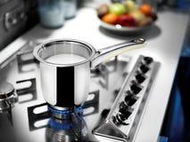 Milchtopf auf Kocher Stockfoto