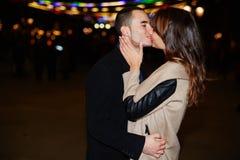 Mildern Sie Kuss ein Kerl und ein Mädchen auf einem Datum Stockfotos