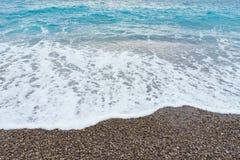 Mildern Sie weich Wellen mit Schaum in blauer Ozeanitalien-Küste, Sommer VA Stockbild