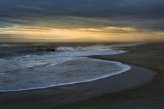 Mildern Sie Wellen lizenzfreies stockfoto