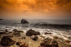 Mildern Sie Wellen auf dem Felsen Stockfoto