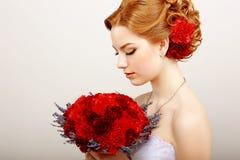 Mildness. Profil der ruhigen Frau mit rotem Blumenstrauß von Blumen. Ruhe u. Sanftheit Stockfotografie