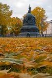 Milenio del monumento de Rusia en la puesta del sol y la gente del otoño que caminan en el parque en Veliky Novgorod, Rusia Imagen de archivo
