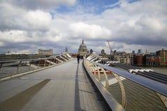 Milenium Bridżowy Londyński patrzeje St Pauls na daleko bocznym obrazy stock
