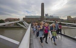 milenium bridżowi turyści Obrazy Royalty Free