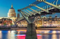 Milenium St Paul i mosta katedra przy półmrokiem Cudowny Londo obrazy stock