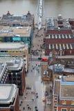 Milenium stopy most nad Rzecznym Thames chodzi przez ulic biurowymi ludźmi i Fotografia Royalty Free