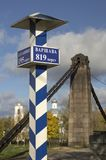 Milepost με τα ονόματα των πόλεων στα ρωσικά και την απόσταση στα χιλιόμετρα Στοκ Εικόνες