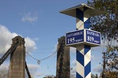 Milepost con los nombres de las ciudades en ruso y distancia en kilómetros Imagenes de archivo