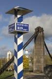 Milepost met namen van de steden in Rus en afstand in kilometers Stock Foto