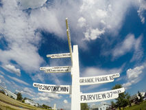 Milepost in Nord-Alberta Zeigt den Abstand in den Meilen Stockfotografie