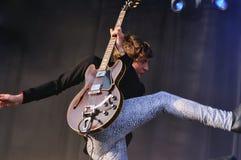 Miles Kane saute avec un coup-de-pied au BOBARD Photographie stock libre de droits