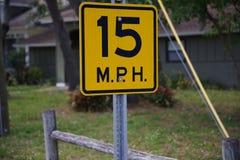 15 Miles Per Hour à côté d'une barrière de wodden Image libre de droits