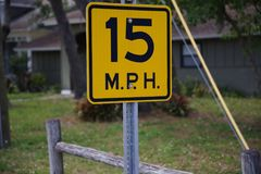 15 Miles Per Hour nahe bei einem wodden Zaun Lizenzfreies Stockbild