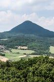 Milesovka de la colina de Ostry en montañas del stredohori de Ceske en República Checa Fotos de archivo libres de regalías