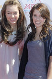 Miley Cyrus und Emma Roberts Stockbild