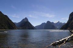 Milford Brzmi, Nowa Zelandia - infuła szczyt jest ikonowym punktem zwrotnym Milford dźwięk w Fiordland parku narodowym obraz stock
