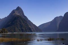 Milford Brzmi, Nowa Zelandia - infuła szczyt jest ikonowym punktem zwrotnym Milford dźwięk w Fiordland parku narodowym Lata midda zdjęcia royalty free