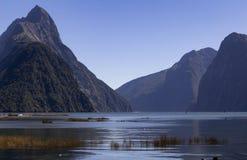 Milford Brzmi, Nowa Zelandia - infuła szczyt jest ikonowym punktem zwrotnym Milford dźwięk w Fiordland parku narodowym Lata midda obrazy royalty free
