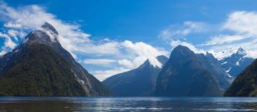 Milford dźwięk i infuła szczyt w Fjordland NP NZ zdjęcia stock