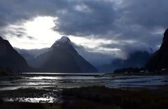 Milford Sound处于低潮中冬天日落的 免版税库存图片
