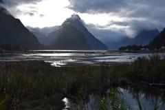 Milford Sound bei Ebbe im Wintersonnenuntergang Lizenzfreie Stockfotos
