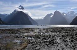 Milford Sound durante la bajamar Imagen de archivo
