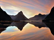 Milford Sound en el tiempo de la puesta del sol, Nueva Zelanda Fotos de archivo libres de regalías