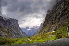 Milford Sound Hwy, berg och vattenfall Fotografering för Bildbyråer
