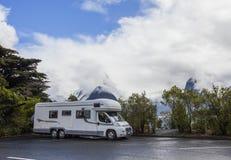MILFORD SOUND LA NOUVELLE ZÉLANDE 30 AOÛT : camping-car dans le sort de parking Photographie stock libre de droits