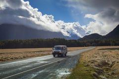 MILFORD SOUND LA NOUVELLE ZÉLANDE 30 AOÛT : camping-car sur la route à Image stock