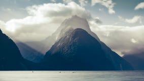 Milford Sound maximum på solnedgången i kalla signaler, Nya Zeeland Royaltyfri Bild