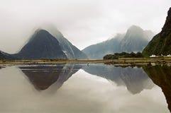 Milford Sound mit Reflexion Stockbilder