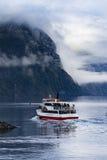 MILFORD SOUND NUEVA ZELANDA - AGOSTO 30,2015: cruisi del barco turístico Foto de archivo