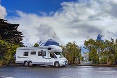 MILFORD SOUND NUEVA ZELANDA - AGOSTO 30,2015: estacionamiento i de la autocaravana Fotos de archivo libres de regalías