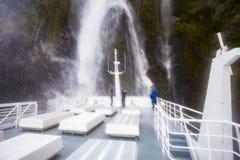 MILFORD SOUND NUEVA ZELANDA - AGOSTO 30,2015: turista que toma un pH Fotos de archivo