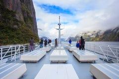 MILFORD SOUND NUEVO SELANDIA 30 DE AGOSTO: visitante en el tejado del mar Fotografía de archivo