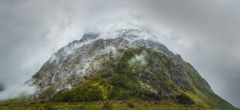 Milford Sound sonwy山,新西兰 库存照片