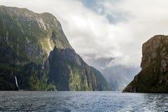 Milford Soundi, fiord w południe za zachód od Nowego Zealand& x27; s Południowa wyspa wśród Fiordland parka narodowego, fotografia royalty free