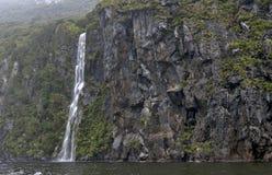 Milford Soundi, un fiord en el sur al oeste de Nueva Zelanda y x27; isla del sur de s, dentro del parque nacional de Fiordland Imagen de archivo libre de regalías