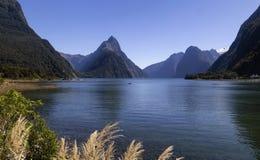Milfordgeluid, Nieuw Zeeland - bewerk Piek in verstek is het iconische oriëntatiepunt van Milford-Geluid in het Nationale Park va royalty-vrije stock afbeelding