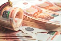 Milhão rublos de russo O conceito da riqueza, dos lucros, do negócio e da finança Muito dinheiro nas cinco milésimas cédulas das  imagens de stock royalty free