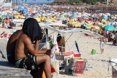 Milhares de banhistas na praia de Rio de janeiro Imagem de Stock
