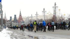 Milhares de ciclistas em uma estadia de inverno da rua da cidade vídeos de arquivo