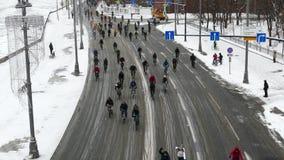 Milhares de ciclistas em uma estadia de inverno da rua da cidade video estoque