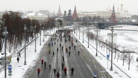 Milhares de ciclistas em uma estadia de inverno da rua da cidade filme