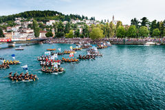 Milhares de espectadores que olham o começo da maratona tradicional do barco em Metkovic, Croácia Fotos de Stock
