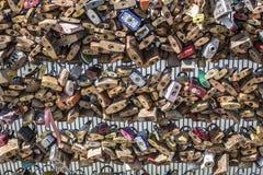 Milhares de fechamentos fechados a uma cerca imagens de stock royalty free