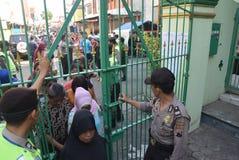 Milhares de residentes alinhados para a carne sacrificial Fotos de Stock