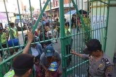 Milhares de residentes alinhados para a carne sacrificial Fotos de Stock Royalty Free